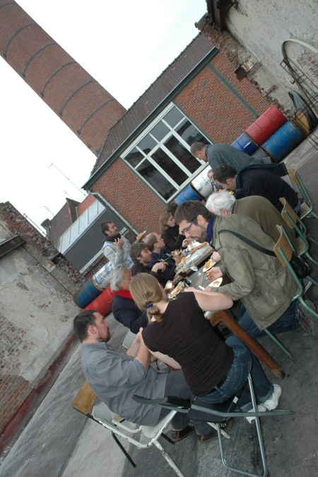 Comida en la terraza bajo la chimenea. Lunch on the terrace. Autor: Gracia López