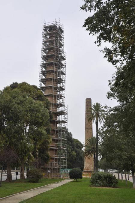 Foto del andamiaje de la chimenea de la antigua Unión Alcoholera. Autor: Tono Giménez
